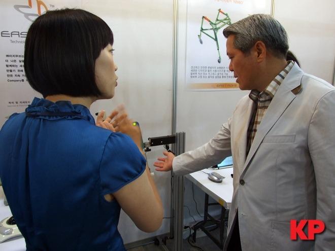 첨단 장애인 보조 장치의 설명을 듣는 최대호 안양시장