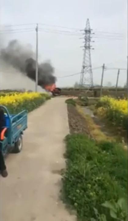 포드 익스플로러 SUV 차량 화재 원인 -  Dry glass  parked SUV burning losed by the someone stupid Chinese driver,s thinking misjudged